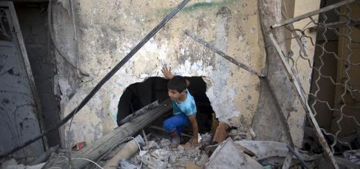 1409163810672_wps_1_A_Palestinian_boy_walks_t